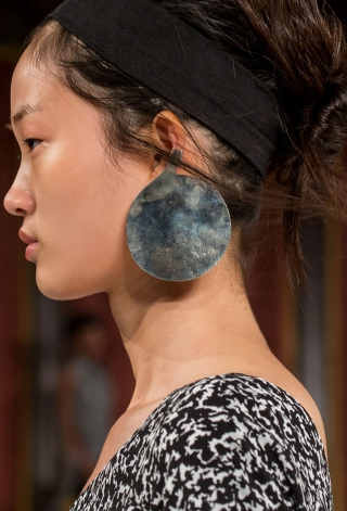 how-to-wear-statement-earrings-creatures-of-the-wind