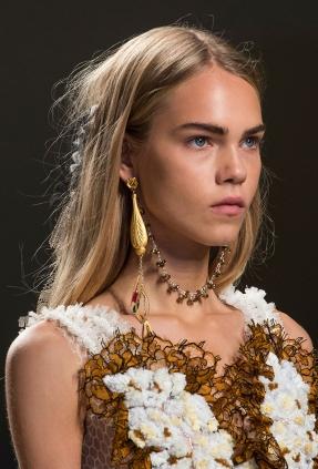 how-to-wear-statement-earrings-rodarte