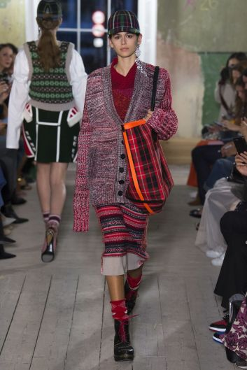 kaia-gerber-walk-the-runway-for-burberry-during-the-spring-summer-2018-london-fashion-week-_3
