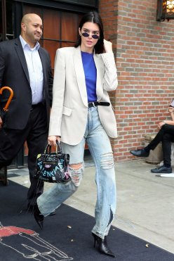 Kendall-Jenner-Balenciaga-Graffiti-Bag