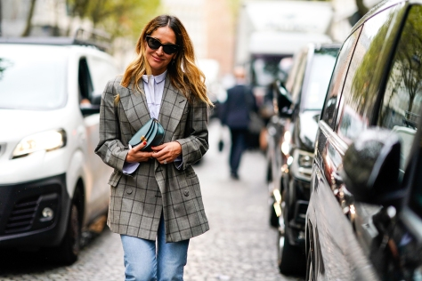 paris-fashion-week-street-style-spring-2018-checked-blazer-poplin-shirt-jeans-green-bag-getty-images